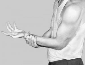 Боли в мышцах бедра  Безусловно, причин появления боли в мышцах бедра может быть очень много, но, как правило, это различные травмы. Самой распространенной является растяжение мышц задней части бедра. Чаще всего, такая травма случается тогда, когда человек слишком резко разгибает ноги. В это время работает колено и мышцы задней стенки бедра. Здесь можно найти три группы мышц: полусухожильные, полуперепончатые и двуглавые. С их помощью человек способен согнуть ногу в колене и разогнуть ее в тазобедренном суставе. Как правило, растяжение бывает тогда, когда мышцы недостаточно разогреты.   Если вы растянули передние или задние мышцы бедра, то почувствуете сильную резкую боль в области паха. Как правило, растяжение происходит в тот момент, когда человек занимается приседаниями или махами ногами, то есть во время занятиями физическими упражнениями. С непривычки мышцы бедер растягиваются или даже надрываются. Бывает, что такое случается даже тогда, когда человек просто пытается сохранить равновесие во время падения или прыжка. Иногда растяжение возможно при сильном ударе по мышцам.   Во время растяжения человек слышит негромкий щелчек, при этом сразу же появляется очень сильная резкая боль в месте ушиба или травмы. При прикосновении к мышцам боль усиливается. Если при этом были нарушены сосуды, то может возникнуть синяк. Как правило, растяжение происходит там, где мышцы связываются с сухожилием. Чтобы исключить возможность трещины или перелома костей, врач назначает рентгенографию.  Метод лечение растяжения бедренных мышц зависит от того, насколько оно серьезное. При несильных травмах пациент должен несколько дней находиться в постеле, избегая любых нагрузок на поврежденную ногу. Некоторые врачи рекомендуют использовать костыли, чтобы не натруждать больные мышцы при ходьбе. Использование холодных компрессов со льдом позволяет уменьшить боль и снять восспаление. Как правило, их накладывают на 20-30 минут в день. Чтобы результат был более эффективным рекомендуется использов